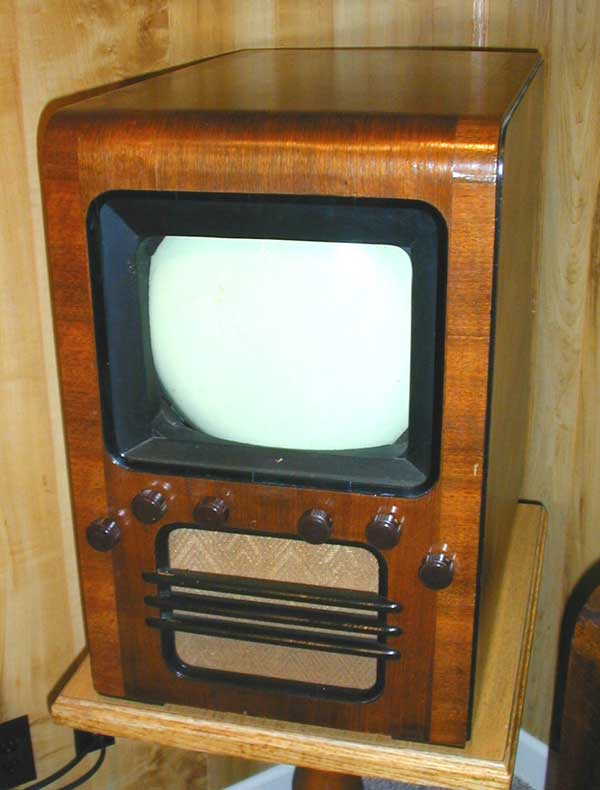 Dumont  180 là chiếc TV thương mại đầu tiên được bán ra với mức giá 395 USD.